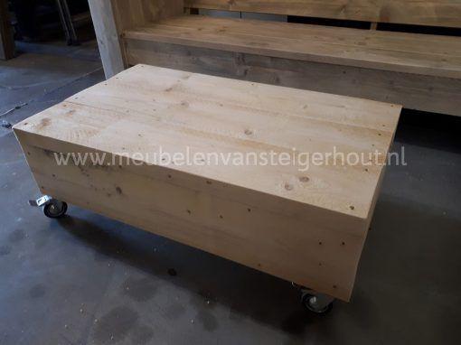 Steigerhout hocker met dikke planken en wielen5
