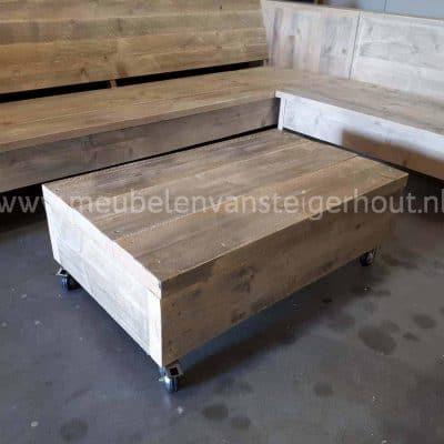 Steigerhout hocker met dikke planken en wielen1