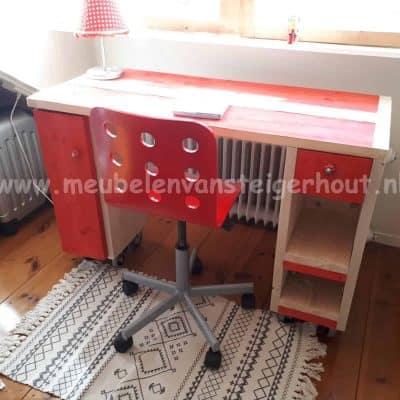 Steigerhout bureau voor kinderen met kleuraccenten